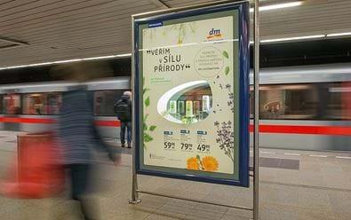 Nosiče CLV v metru využívá dm drogerie jako výlohy
