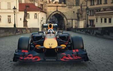 Red Bull uvedl reklamní spot s jízdou formule po Karlově mostě