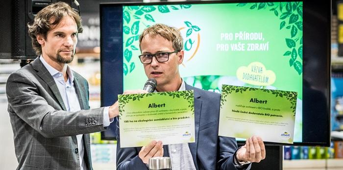 Albert se zavázal podpořit aktivně ekologické zemědělství, na snímku zleva mluvčí Jiří Mareček a Petr Pavlík, viceprezident komerčního, marketingového a merchandisingového oddělení řetězce. Zdroj: Albert