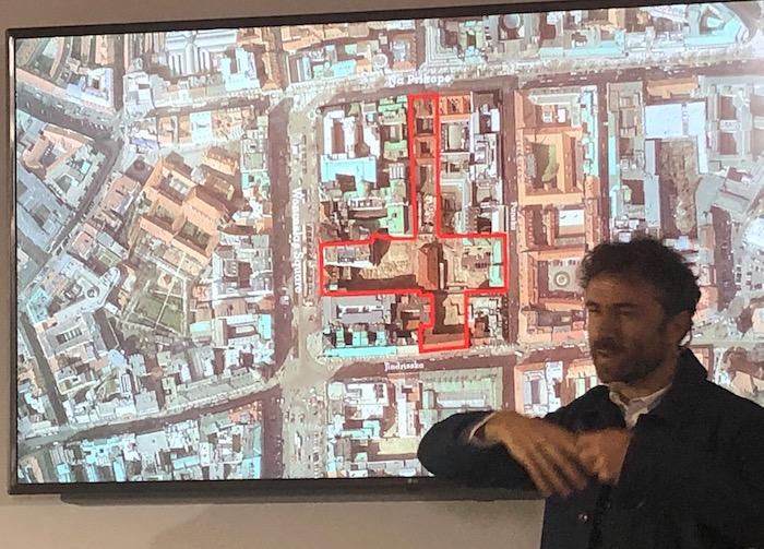 Thomas Heatherwick ukazuje umístění projektu Savarin, foto: MediaGuru.cz.