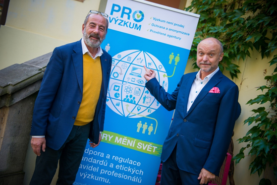 Zakladatel Rádia Evropa 2 a prezident APSV Michel Fleischmann s Janem Tučkem s plakátem nové aktivity členských agentur SIMAR na podporu výzkumu trhu.