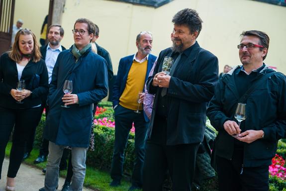 Jana Proboštová (STEM/MARK), Zdeno Ružbacký (Evropský národní panel), Michel Fleischmann (APSV), Milan Hurtík (STEM/MARK) a Jaromír Neuman (ČSOB) poslouchají slavnostní projev na začátku akce.