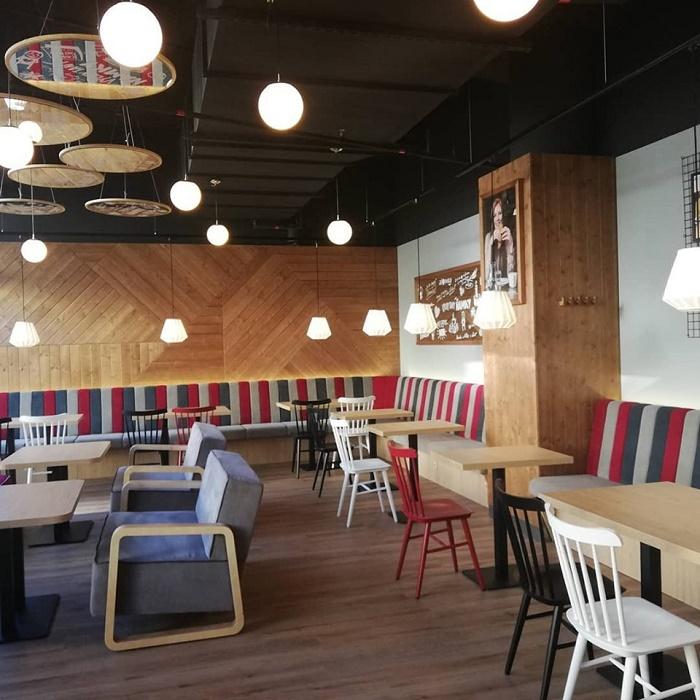 Po redesignu získávají kavárny CrossCafe nový nábytek, zdroj: CrossCafe.