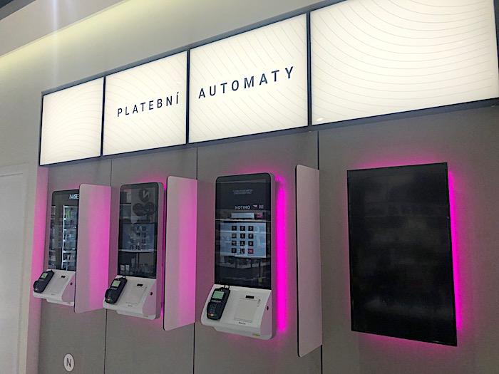 Nový design získaly v prodejně i platební automaty, foto: MediaGuru.cz.