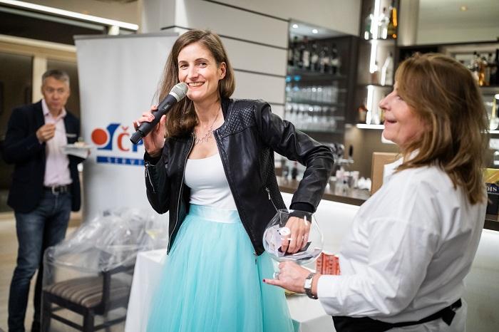 O losování v tombole se postarala Kristina Hlaváčková, Communication Manager CZ a SK pro Candy Hoover, foto: Choice.