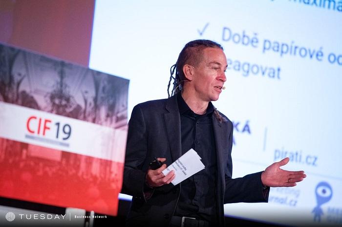Na konferenci vystoupil i šéf Pirátů Ivan Bartoš, zdroj: Internet Info.