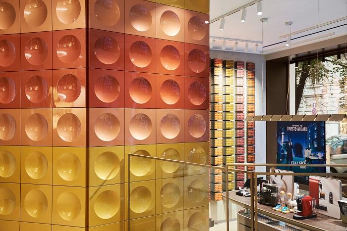 Zrenovovanému butiku značky Nespresso dominuje barevná stěna, inspirovaná pražským metrem linky A, foto: Michal Fanta.