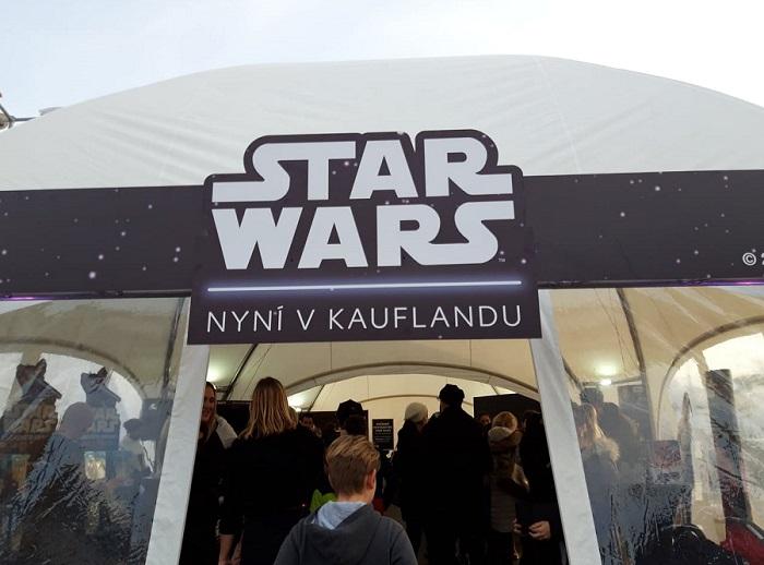 Kaufland připravil k zahájení kampaně speciální akci, kdy se na parkovišti u prodejny v Praze na Vypichu sešli fanoušci filmu, foto: Mediaguru.cz
