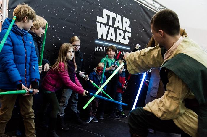 Především děti se učily bojovat se světelnými meči, foto: Kaufland