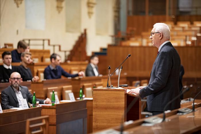 Promlouvá senátor Jiří Drahoš, v první řadě poslouchá Marek Hlavica, foto: Senát PČR