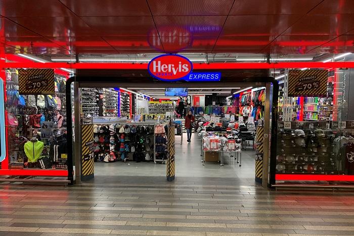 Za poslední dva roky se obrat malé prodejny na Hlavním nádraží zdvojnásobil, především díky přizpůsobení sortimentu požadavkům zákazníků, kterými jsou stále více zahraniční turisté, zdroj: Hervis