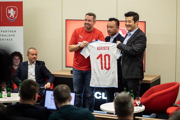 TCL se stala Premium partnerem české fotbalové reprezentace, jejím lokálním ambasadorem je Pavel Horváth, zdroj: TCL.