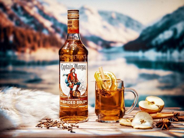 Další variaci grogu lze připravit z rumu Captain Morgan, jablečného džusu, plátku citronu a svítku skořice, zdroj: Stock Plzeň – Božkov.