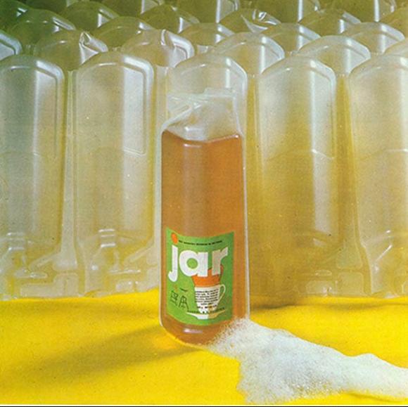 První obal tvořily PVC fólie, které se z vrchu odstřihly a lahev už nešla zavřít, zdroj: P&G.
