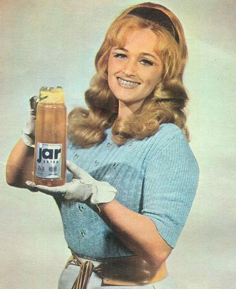 V roce 1964 se zrodila první vylepšená receptura Jar Extra, která dávkování snížilo na polovinu, zdroj: P&G.