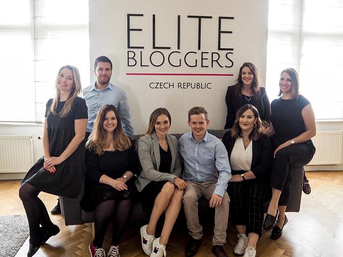Původně začínala v roce 2015 v agentuře sama s manželem (oba na snímku uprostřed), nyní už mají 10 zaměstnanců a obrat přes 20 milionů korun, zdroj: Elite Bloggers