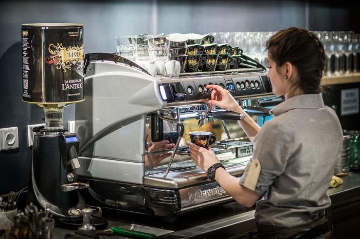 Možné je dát si i kávu, zdroj: Globus.
