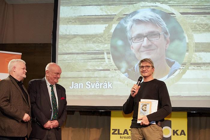 Jan Svěrák přebírá ocenění od Jiřího Mikeše a Pavla Brabce (vlevo), foto: AČRA MK