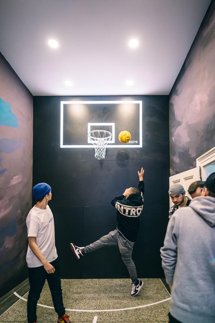 Součástí prodejny je i místnost s basketbalovým košem, zdroj: The Streets.