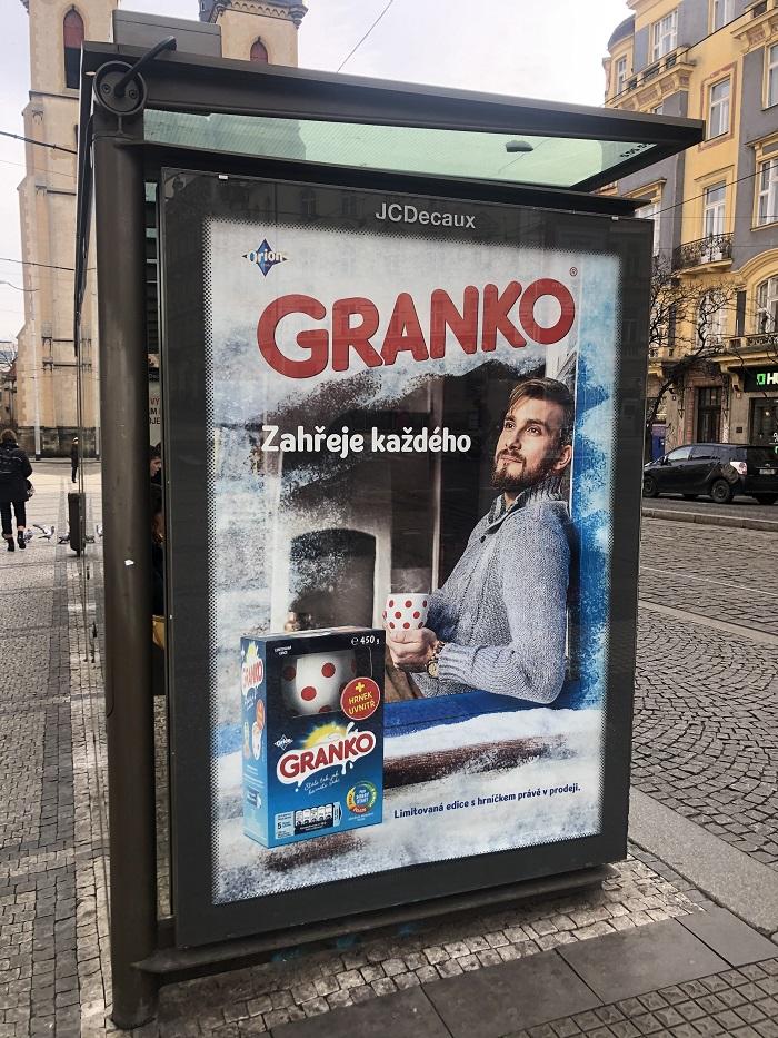 Granko v únoru a březnu komunikuje mimo jiné i na zastavkách MHD, foto: MediaGuru.cz.