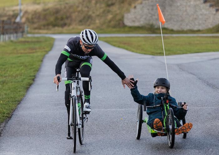 Jedenáctiletá cyklistka Alex Borská na handbiku s profesionálním cyklistou Jiřím Ježkem, zdroj: Škoda Auto