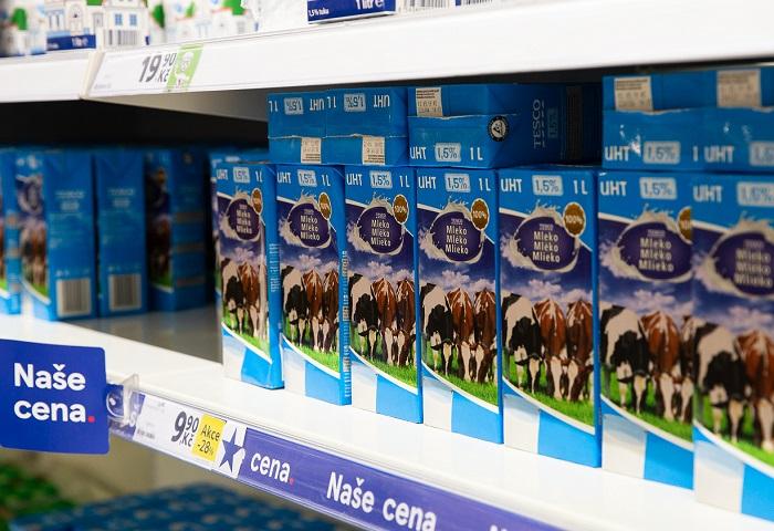 Modrá cedulka má upozorňovat na nižší cenu, třeba u Tesco mléka to je 12,90 korun, zdroj: Tesco
