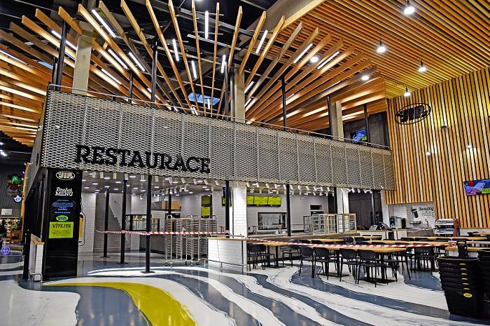 Součástí prodejny je i dvoupatrová restaurace, zdroj: JIP.