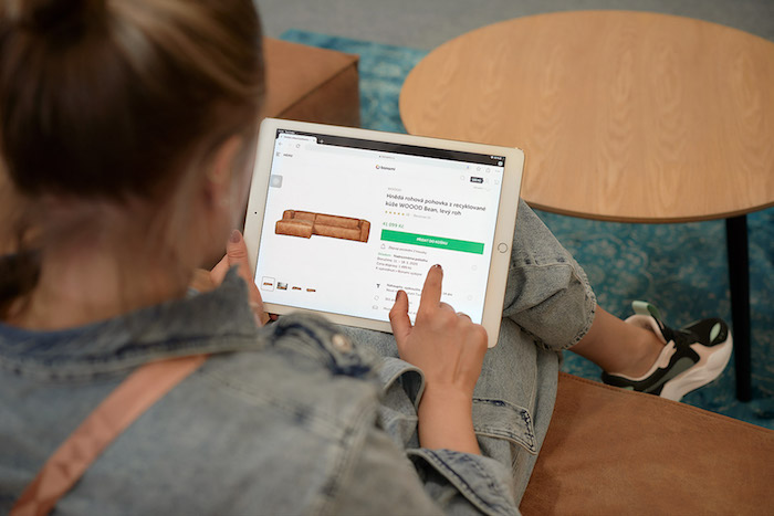 Zákazníkům jsou k dispozici tablety, přes které lze prohledávat další nabídku na internetu, zdroj: Bonami.