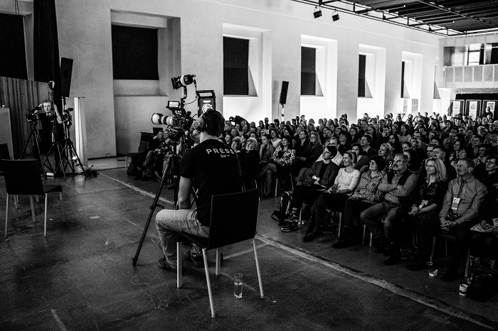 Publikum na roadshow DVTV.