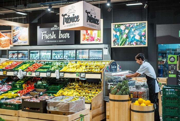 V prodejně jsou novinky, například čerstvost ovoce a zeleniny udržuje systém chlazení suchou studenou párou, zdroj: Albert