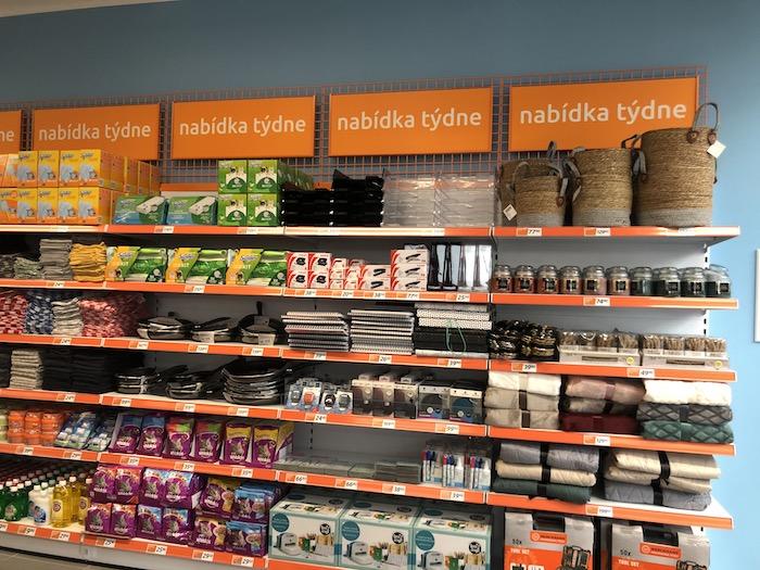 Hned u vstupu do prodejny naleznou zákazníci Nabídku týdne, foto: MediaGuru.