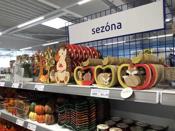 V nabídce jsou i sezónní produkty, nyní jsou k dostání podzimní dekorace, za chvíli přibudou vánoční, foto: MediaGuru.