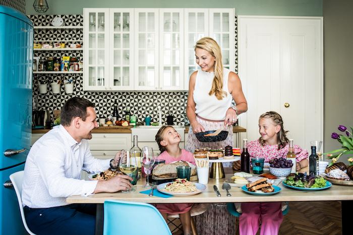 Tisková mluvčí Zdeňka Svoboda s dcerami a Michalem Perlíkem, specialistou nákupu, zdroj: Rohlík