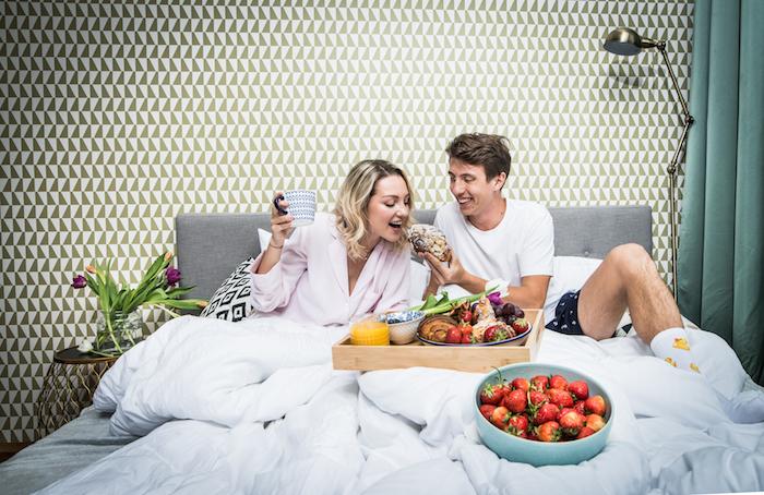 Projektová manažerka Kamila Frolíková se svým přítelem na vizuálu Snídaně do postele, zdroj: Rohlík