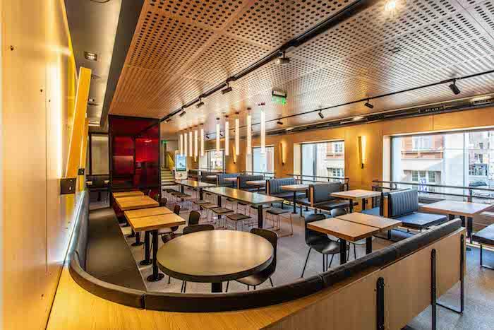 Restaurace má dvě patra, poprvé využívá i výtah na jídlo, zdroj: McDonald's.