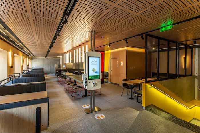 Nový design spojuje dřevěný materiál s ocelí, zinkem a sklem, zdroj: McDonald's.