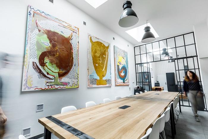V zasedací místnost zdobí stěnu obrazy od Julia Reichela ze sbírky KOOJON, zdroj: Loosers