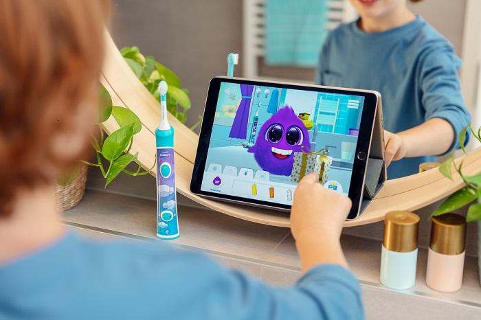 S dětmi si čistí zuby v aplikaci opět příšerka Sparkly, zdroj: Philips