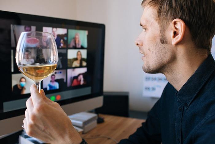 Vinaři vybízejí zákazníky k přípitku v klidu a bezpečí domova, zdroj: Shutterstock
