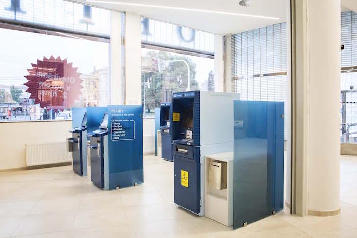 U vstupu se nachází samoobslužná zóna, otevřená 24 hodin denně sedm dní v týdnu, foto: Česká spořitelna.