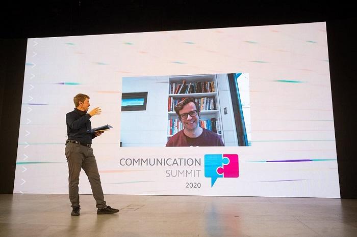Richard Shotton na konferenci Communication Summit, ve studiu Jan Patera z Blue Events, zdroj: Blue Events