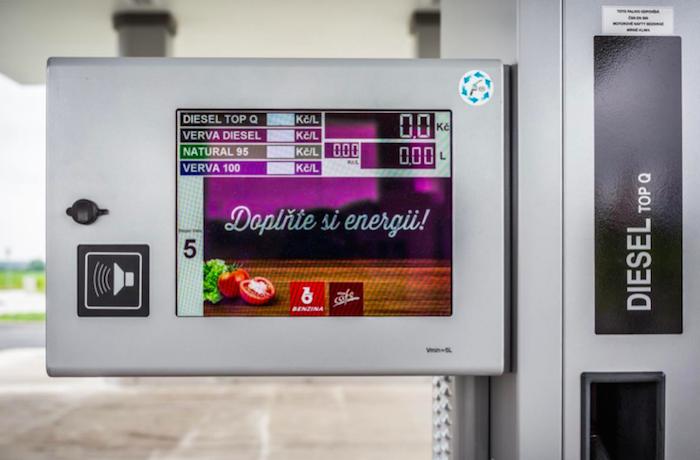 Multimediální stojan s displejem, foto: Benzina