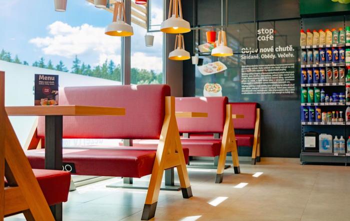 Prostor k sezení ve Stop Cafe 2.0, foto: Benzina
