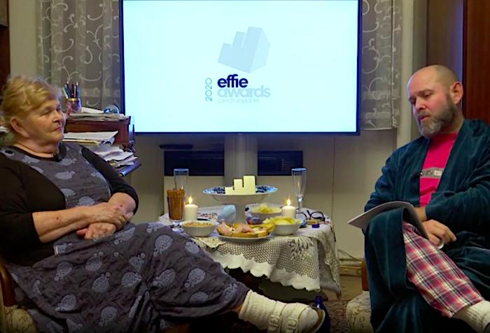 Vyhlašováním letošního ročníku soutěže Effie prováděl Marek Hlavica se svou maminkou Ivankou Devátou, foto: MediaGuru.