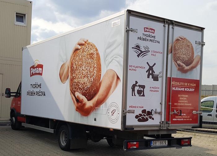 V nové komunikaci Penam používá motiv pečiva v pekařských rukách, foto: Penam.