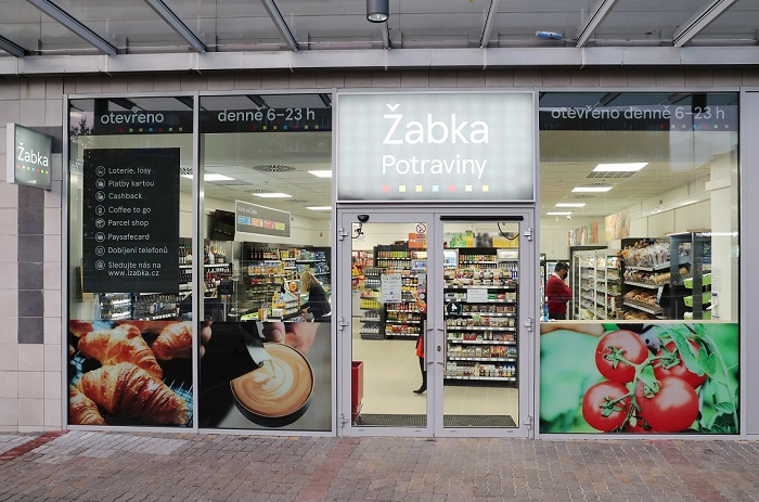 Žabka v Praze na Edenu je jakousi pilotní prodejnou, kde si firma testuje novinky, třeba teplý pult nebo posezení, zdroj: Tesco/Žabka