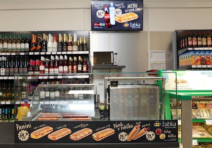 Je zde poprvé i teplý pult, kde se nabízí zákazníkům hot dogy, zdroj: Žabka