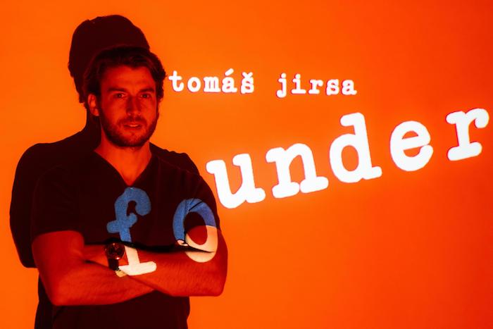 Tomáš Jirsa s logem nového brandu Katz83, foto: Natalie Kubenk