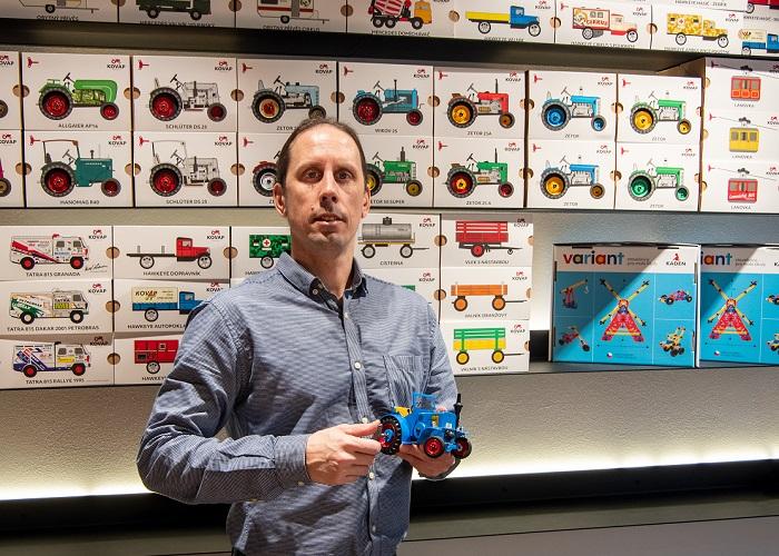 Za Petrem Jiroutem, marketingovým manažerem Kovapu, jsou k vidění nové ekologické obaly, zdroj: Kovap