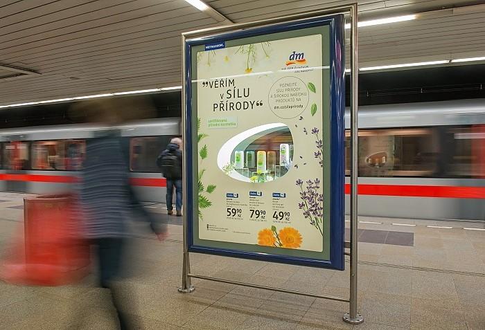 Využití CLV nosiče v pražském metru pro představení produktů, zdroj: MetroZoom